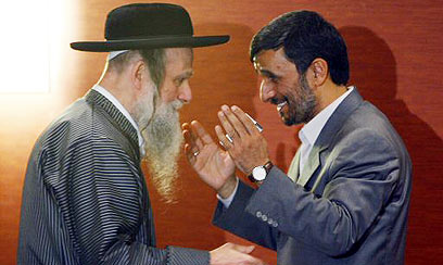 Neturei Karta member in friendly discussion with Hitler successor