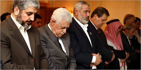 Khaled Meshal (left), Mahmoud Abbas and Hamas PM Ismail Haniyeh pray in Saudi Arabia after agreeing to a cease-fire following the Gaza coup of 2007