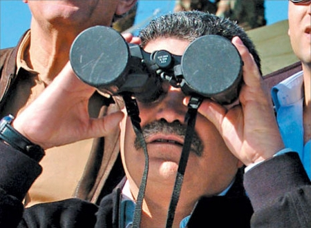 Famous 2006 photo of Amir Peretz scanning the skies through capped binoculars