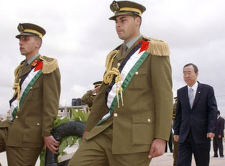 Secretary-General Ban Ki-moon gets ready to lay a wreath at the tomb of murderous terrorist Yasser Arafat, in Ramallah, 2007