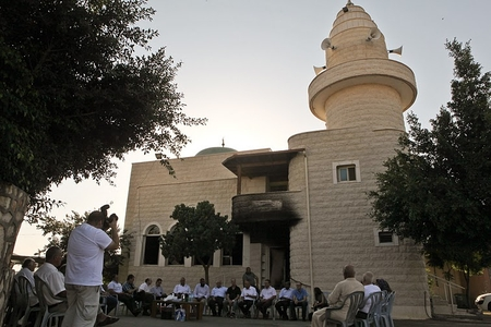 Delegation of left-wing Israelis visits damaged Tuba Zangaria mosque to 'make amends'. But what if it was torched by Arabs?