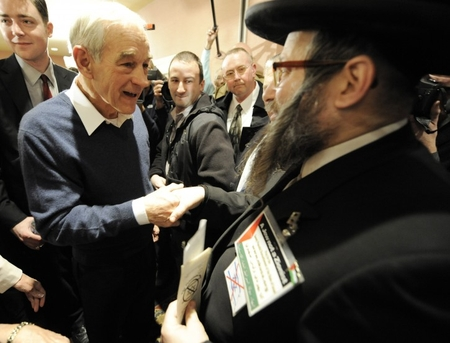 Ron Paul shakes hands with Neturei Karta leader Rabbi Yisroel Dovid Weiss in New Hampshire